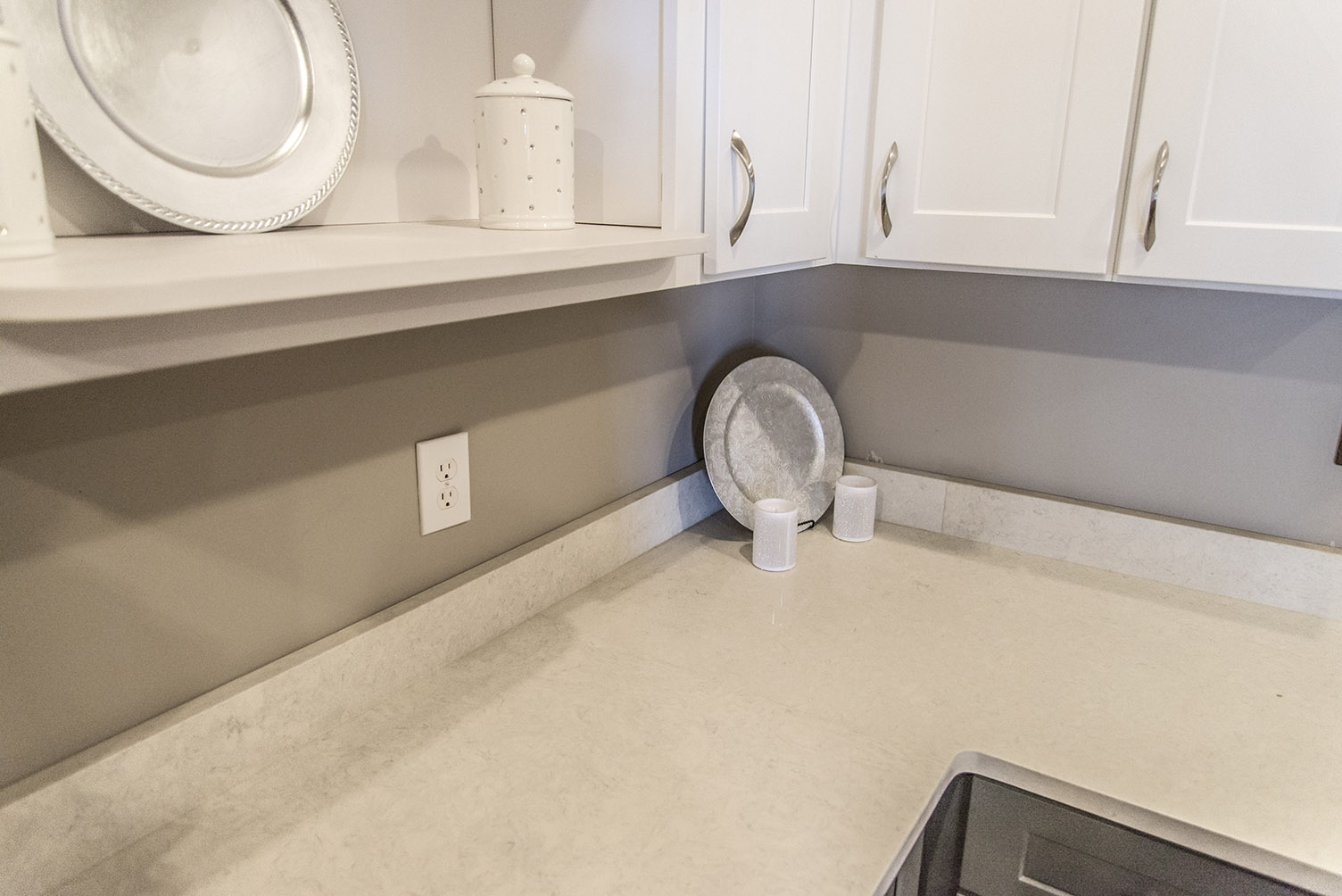 Etonnant Carrera Classic Quartz Countertops With Gray Base Cabinets U0026 White Upper  Cabinets And Open Shelving